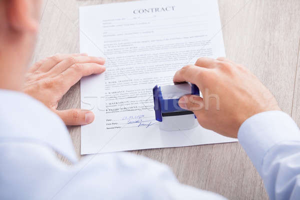 Zakenman contract papier tabel afbeelding business Stockfoto © AndreyPopov