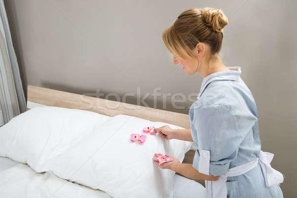 Huishoudster bloemblaadjes vrouwelijke witte home Stockfoto © AndreyPopov