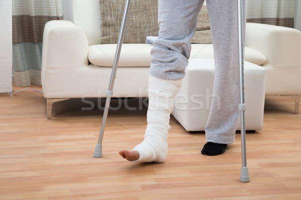 Hombre muletas caminando bajo discapacidad Foto stock © AndreyPopov