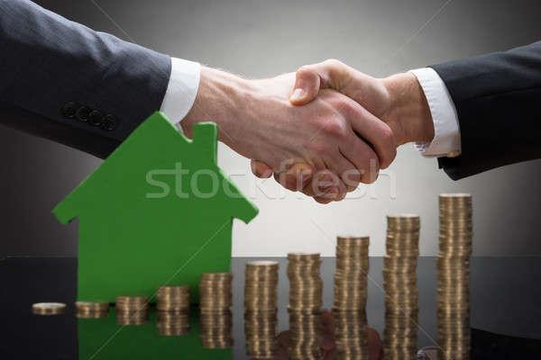 Biznesmenów drżenie rąk monet domu model Zdjęcia stock © AndreyPopov