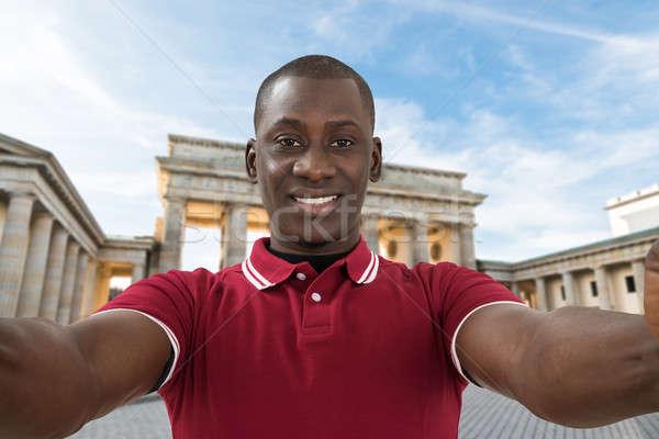 Férfi elvesz Brandenburgi kapu közelkép fiatal afrikai Stock fotó © AndreyPopov