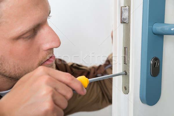 Stolarz drzwi blokady portret młodych Zdjęcia stock © AndreyPopov