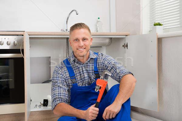 Plombier clé à molette cuisine chambre heureux jeunes Photo stock © AndreyPopov