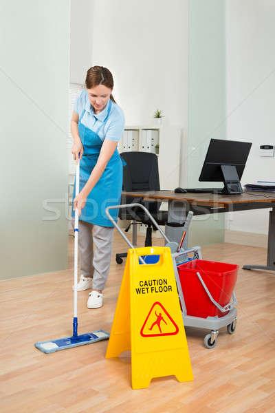 Homme concierge nettoyage bureau heureux Photo stock © AndreyPopov
