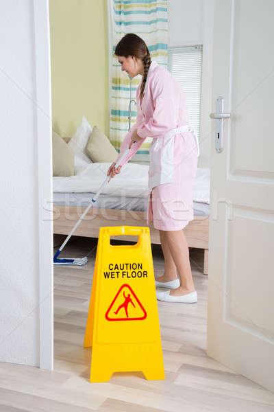 Femenino ama de llaves limpieza piso jóvenes Foto stock © AndreyPopov