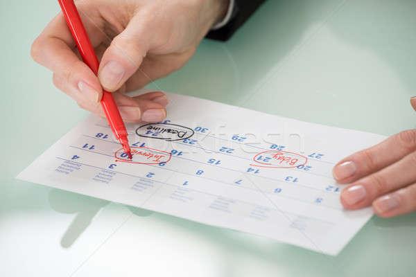 Mujer de negocios mano importante fecha calendario primer plano Foto stock © AndreyPopov