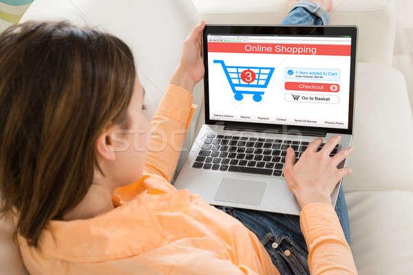 Vrouw winkelen online laptop winkelwagen home Stockfoto © AndreyPopov