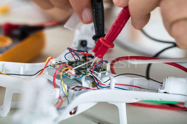 Uomo test elettrici attuale strumento primo piano Foto d'archivio © AndreyPopov
