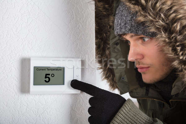 Adam sıcak tutacak giysiler işaret akım oda sıcaklık Stok fotoğraf © AndreyPopov