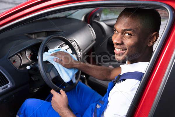 Mannelijke werknemer schoonmaken stuur gelukkig auto Stockfoto © AndreyPopov