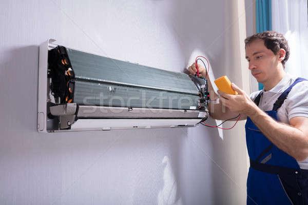 Técnico teste ar condicionado masculino digital construção Foto stock © AndreyPopov