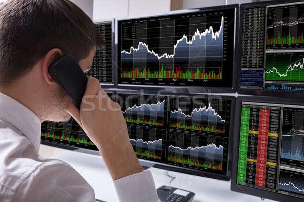 Primo piano stock mediatore parlando telefono multipla Foto d'archivio © AndreyPopov
