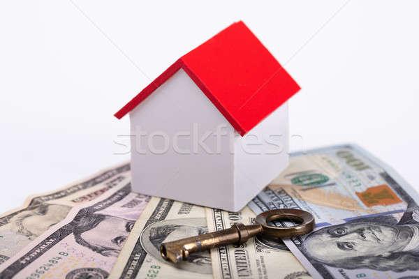 Casa modelo billetes clave primer plano blanco Foto stock © AndreyPopov