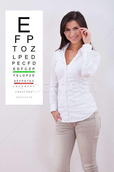 Foto stock: Mulher · indicação · em · pé · olho · traçar · atraente