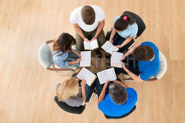 Menschen Lesung Bibel Ansicht zusammen Stock foto © AndreyPopov