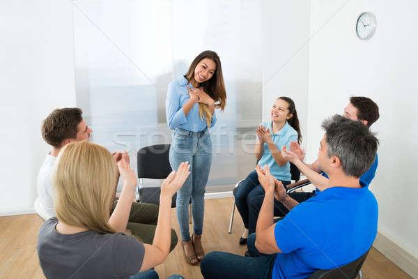 Nő magyaráz barátok csoportkép néz mosoly Stock fotó © AndreyPopov