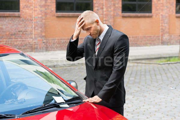 Сток-фото: печально · драйвера · глядя · стоянки · билета · автомобилей