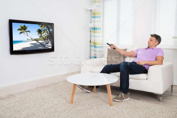 Uomo maturo telecomando home casa uomo Foto d'archivio © AndreyPopov