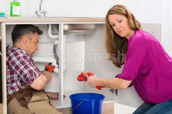 Vízvezetékszerelő javít cső mosdókagyló férfi nő Stock fotó © AndreyPopov