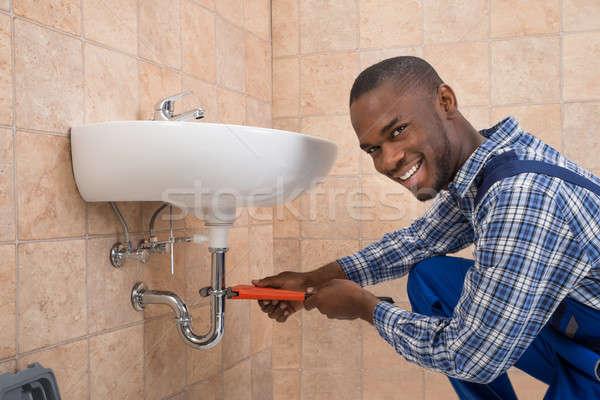 Stok fotoğraf: Tesisatçı · tamir · batmak · banyo · genç · Afrika