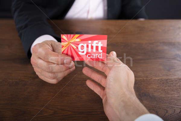Handen gift card ander hand Stockfoto © AndreyPopov