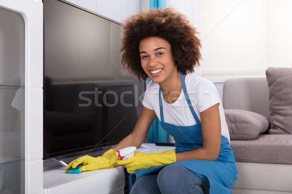 Concierge nettoyage meubles éponge jeunes Homme Photo stock © AndreyPopov