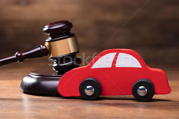 Jouets en bois rouge voiture marteau juge table en bois Photo stock © AndreyPopov