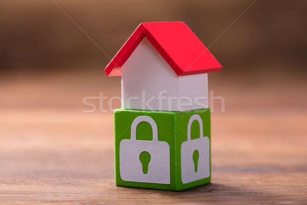 Casa modelo verde trancar símbolos vermelho Foto stock © AndreyPopov