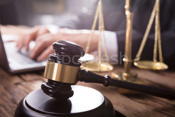 Gabela justiça escala juiz usando laptop Foto stock © AndreyPopov