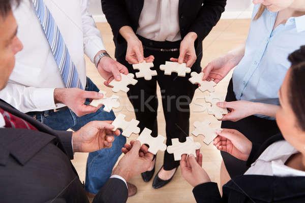 üzletemberek tart kirakós játék magasról fotózva kilátás iroda Stock fotó © AndreyPopov