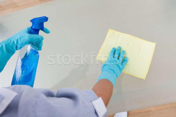 Empregada limpeza vidro tabela ombro ver Foto stock © AndreyPopov