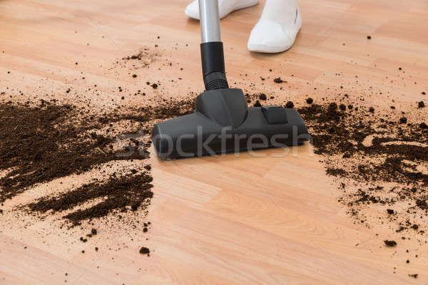 Pessoa aspirador de pó limpeza piso sujeira Foto stock © AndreyPopov