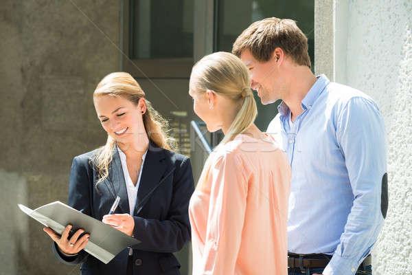 Makelaar uitleggen contract paar jonge vrouwelijke Stockfoto © AndreyPopov