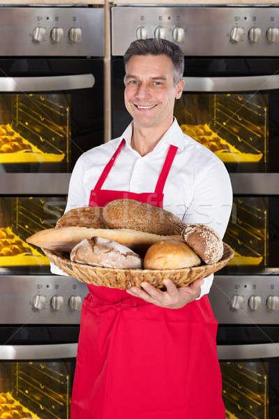 Kucharz wiklina koszyka pełny chleba Zdjęcia stock © AndreyPopov