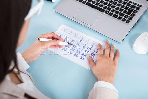 Imprenditrice disegno cerchio calendario data primo piano Foto d'archivio © AndreyPopov