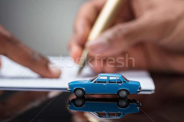 Személyek kéz aláírás autó kölcsön megállapodás Stock fotó © AndreyPopov