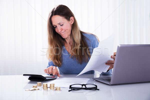 Imprenditrice fattura ufficio primo piano maturo bianco Foto d'archivio © AndreyPopov
