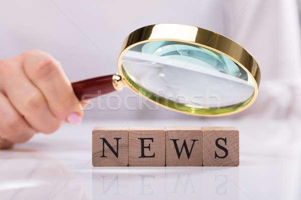 üzletasszony megvizsgál hírek kockák közelkép kéz Stock fotó © AndreyPopov