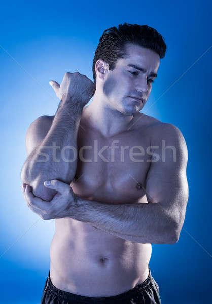 Fiatalember szenvedés könyök fájdalom közelkép izmos Stock fotó © AndreyPopov