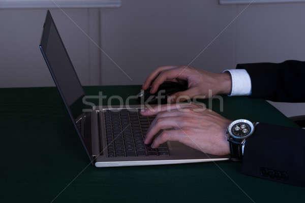 Zakenman werken laat laptop bureau afbeelding Stockfoto © AndreyPopov