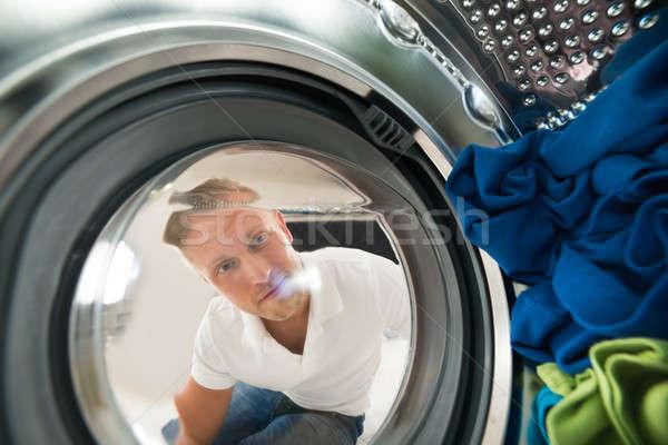 Foto stock: Retrato · homem · ver · dentro · máquina · de · lavar · roupa · moço