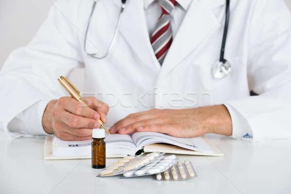 Médico escrita prescrição tabela branco livro Foto stock © AndreyPopov
