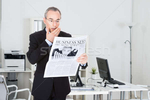 Stock fotó: Megrémült · üzletember · olvas · újság · érett · áll