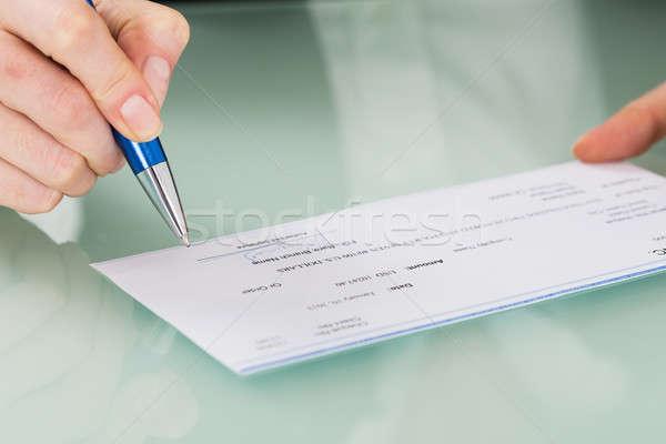 Femme d'affaires main signature chèque photo Photo stock © AndreyPopov