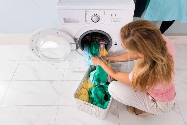 Femme vêtements machine à laver vue panier Photo stock © AndreyPopov