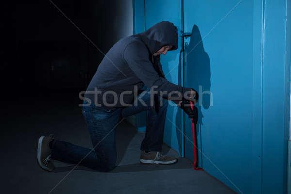 Dief pauze deur gebouw nacht tool Stockfoto © AndreyPopov