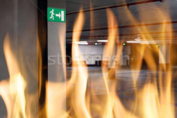 Fuego emergencia señal de salida entrada subterráneo estacionamiento Foto stock © AndreyPopov