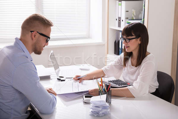 Doradca finansowy rachunek klienta młodych pracy Zdjęcia stock © AndreyPopov