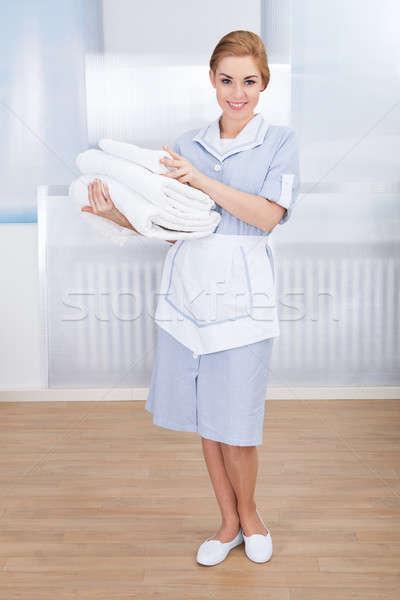 Pokojówka ręczniki portret szczęśliwy Zdjęcia stock © AndreyPopov
