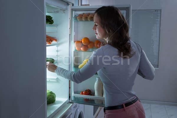 Vrouw zoeken voedsel koelkast jonge mooie vrouw Stockfoto © AndreyPopov